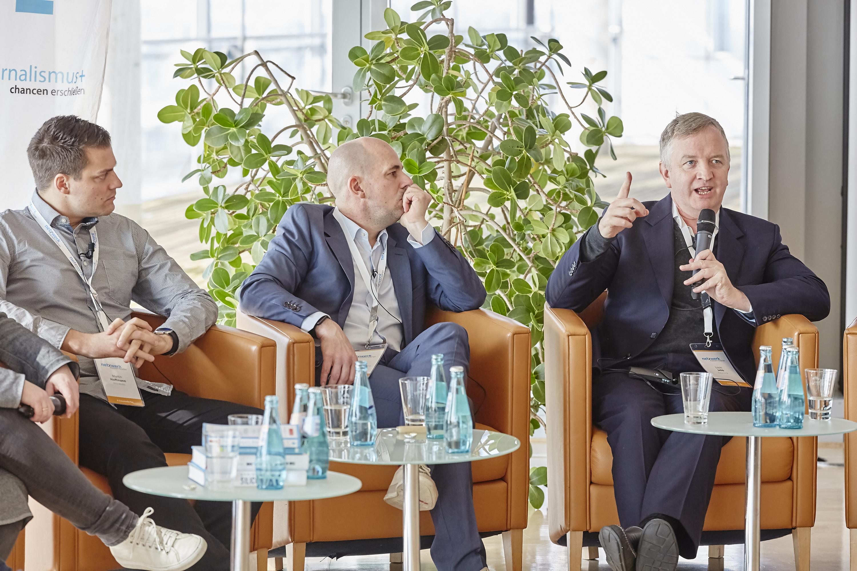 Martin Hoffmann, Holger Schellkopf und Louis Jebb auf dem Crossmedia-Tag des netzwerk medien-trainer