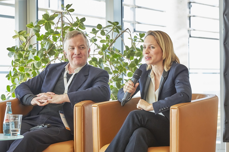 Isa Sonnenfeld und Louis Jebb auf dem Crossmedia-Tag des netzwerk medien-trainer